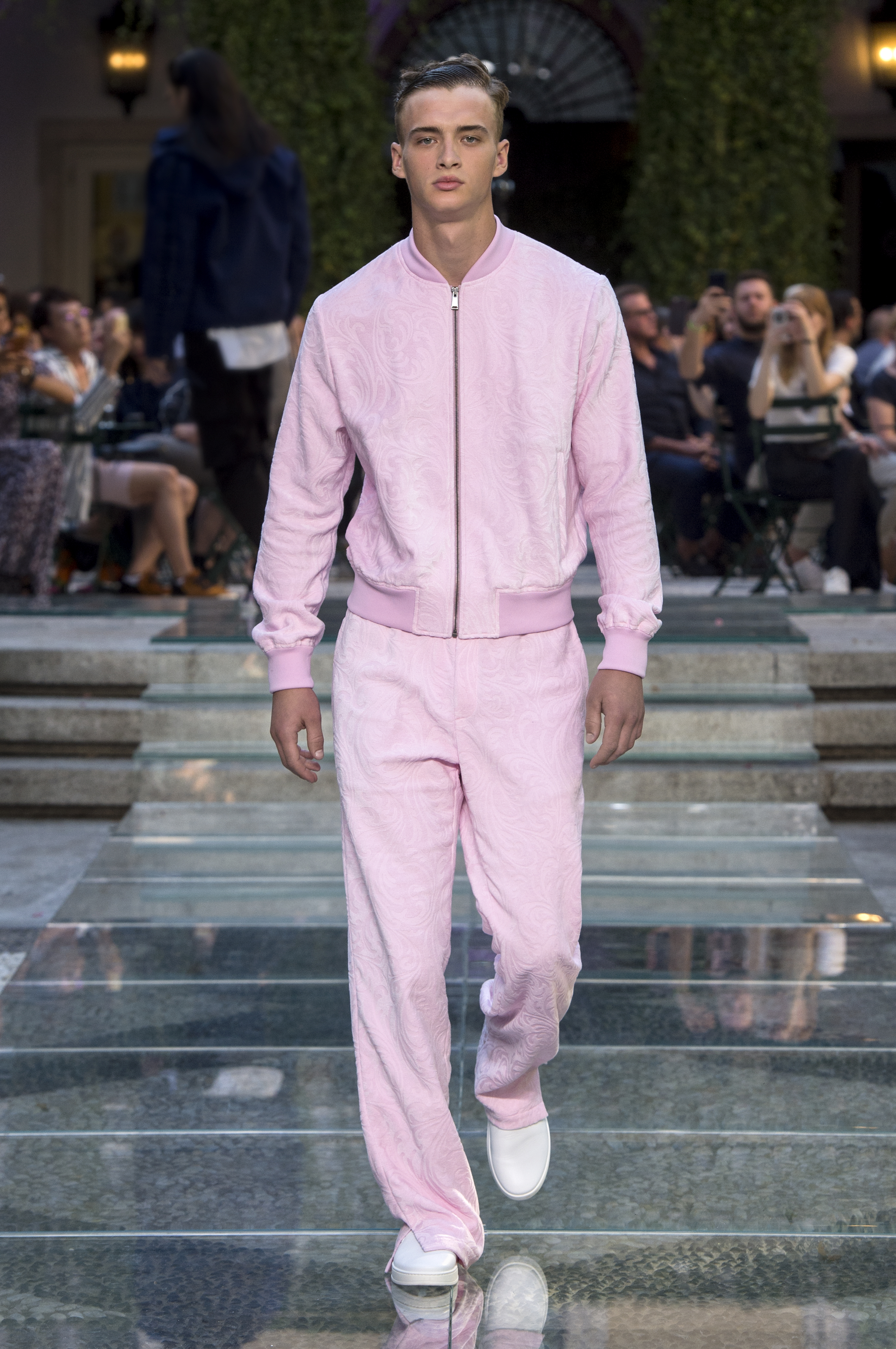 Mann in rosa Outfit von Versace