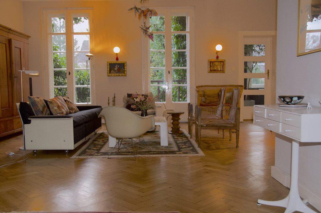 feireiss location Berlin. Wohnzimmer mit Blick in den Garten. Mid century furniture