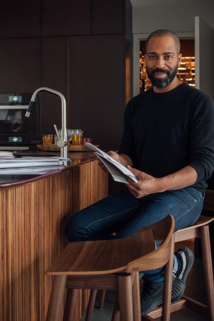 Chris Glass am Tresen der Küche im aptm