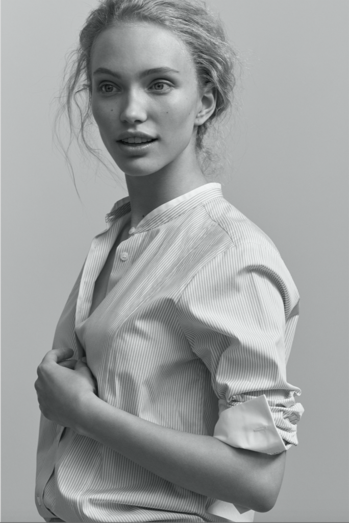 Model in gestreifter Bluse mit Stehkragen von Filippa K