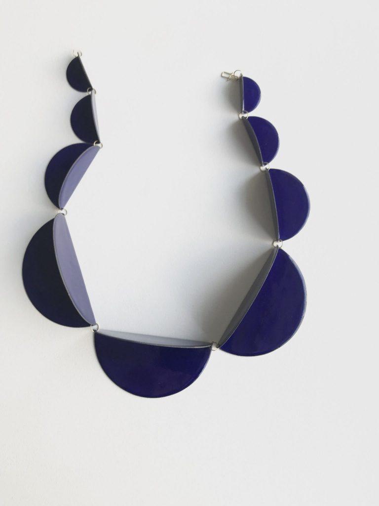 Wearable Art Galerie Oona Berlin Blaue Kette aus Halbkreisen von Helen Frischer.