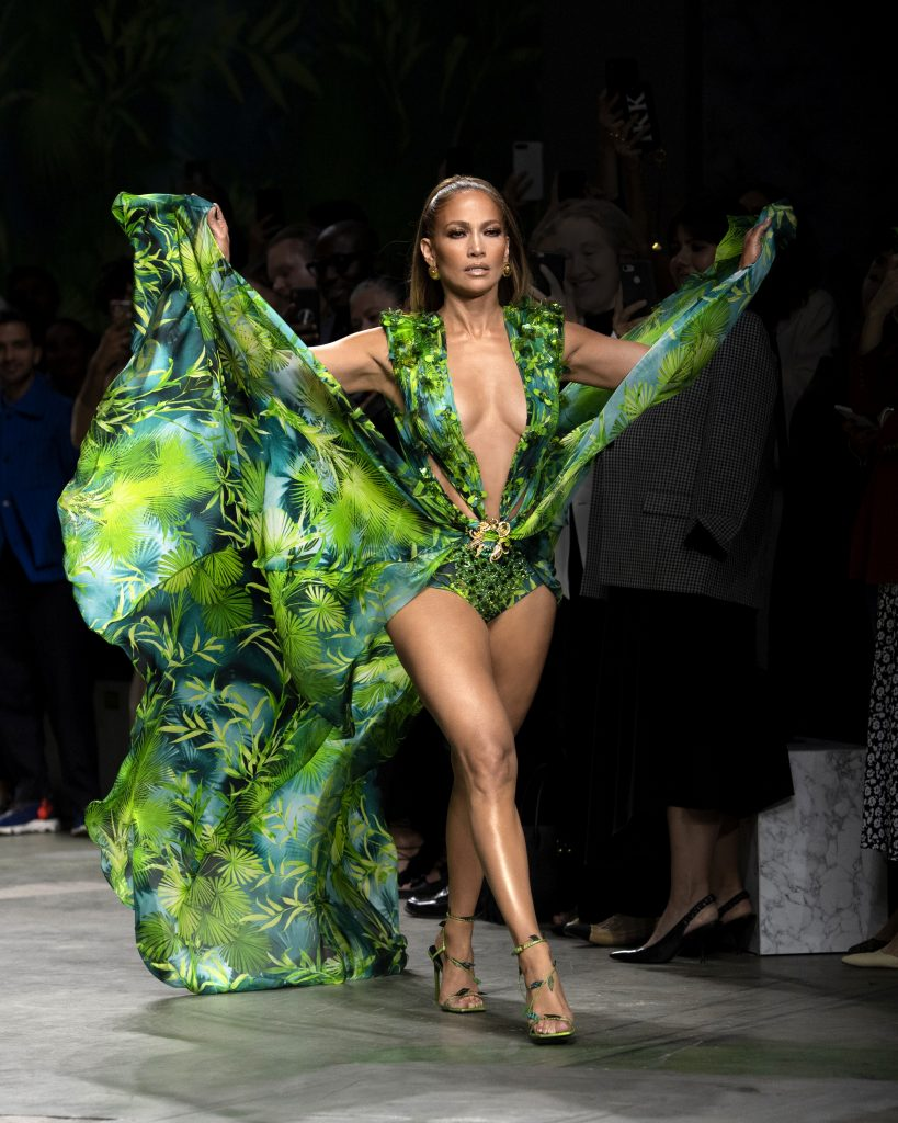 Jennifer Lopez Finale im Jungle Dress bei Versace. Womenswear Schau Sommer 2020
